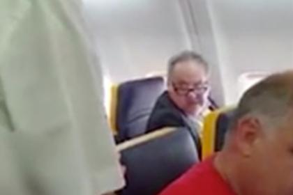 Старик взбесился из-за чернокожей пассажирки в самолете и обматерил ее