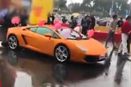 Богатый жених предложил возлюбленной руку, сердце и Lamborghini и опозорился