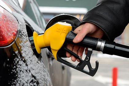 Нефтяники опустили цены на бензин