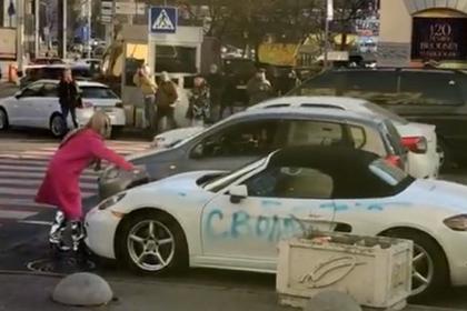 Киевлянка в розовой шубе напала с топором на Porsche