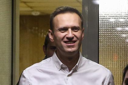 Навальный захотел за границу и сразу выплатил два миллиона штрафа