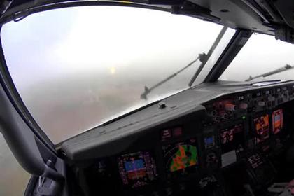 Посадку самолета в сильную турбулентность сняли на видео из кабины пилота