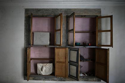 Строитель купил шкаф, нашел в нем пачки денег и тут же лишился их