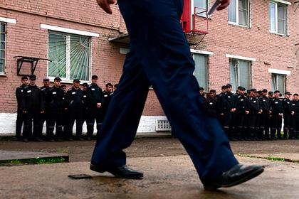 Освобождавший зеков за взятки российский тюремщик пошел под суд