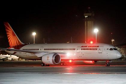 Пьяная пассажирка устроила истерику на борту самолета и обматерила пилота