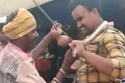 Индиец снялся с коброй на плечах и умер