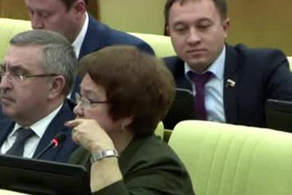 Депутат Госдумы засунул коллеге палец в ухо прямо на заседании и попал на видео