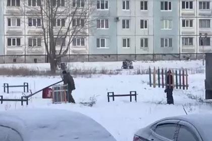 Российские чиновники благоустроили двор и после фотосессии разблагоустроили