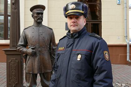 Белорусские милиционеры заставили подростка извиниться перед статуей
