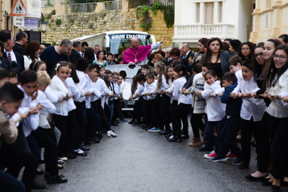 Священник прокатился в запряженном детьми Porsche