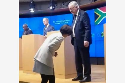 Главу Еврокомиссии осмеяли за разные ботинки на встрече с журналистами