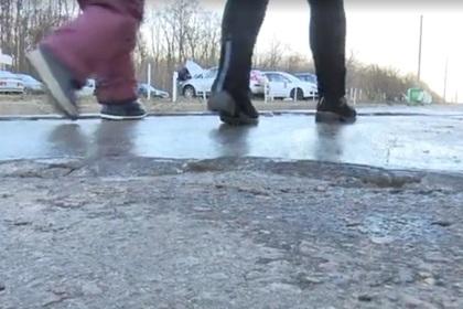 В воронежском дворе случайно залили каток из нечистот
