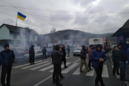 Протестующие украинцы перекрыли дорогу в Киев