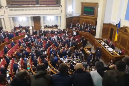 Депутаты Верховной Рады подрались во время обсуждения военного положения