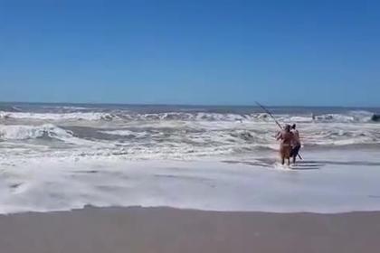 Рыбак поймал на удочку трех девочек и спас им жизнь