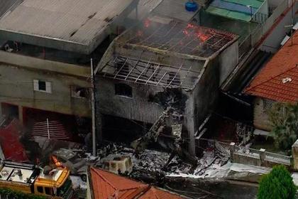 В Бразилии самолет упал на жилые дома