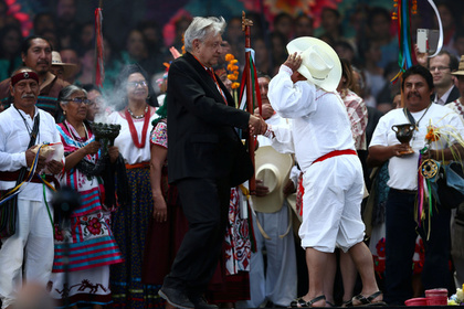 Окуренный президент Мексики получил священный жезл правителя и вышел в народ