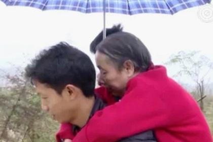 Китаец 15 лет носил парализованную мать на спине