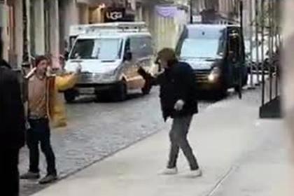 Эпичная дуэль незнакомцев на «факах» посреди улицы рассмешила интернет