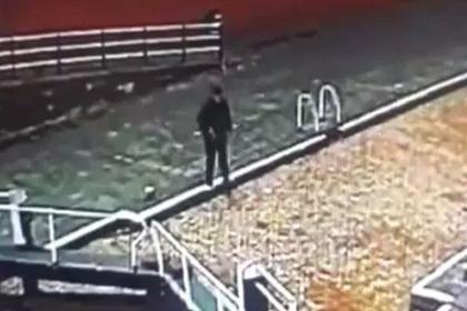 Мужчина уткнулся в телефон и провалился в канал