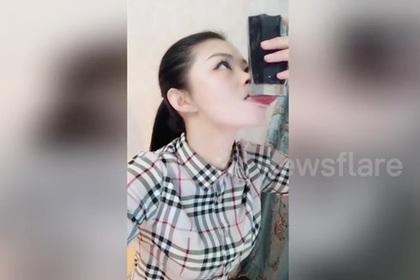 Китаянка научилась держать языком стаканы