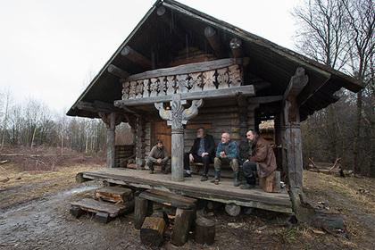 Эти москвичи решили повернуть время вспять и строят древнюю деревню