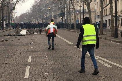 В Париже начали сооружать баррикады
