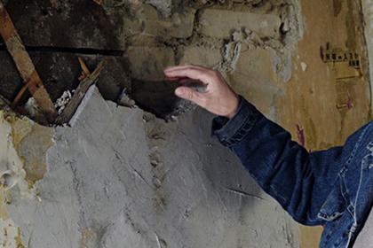 Живущую в аварийном доме сироту решили засудить за обвалившуюся стену