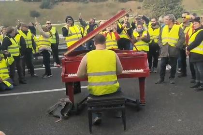 Видео с исполнением «Калинки» во время протестов во Франции оказалось фейком