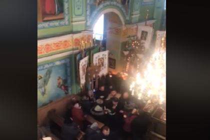 Украинские раскольники не поделили церковь и устроили драку на глазах у верующих