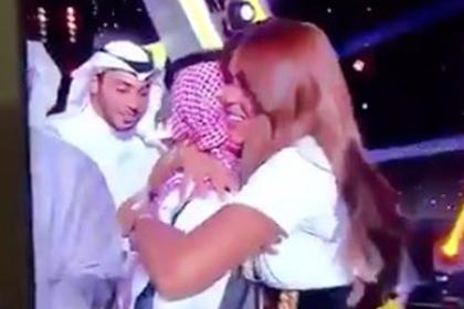 Член жюри обняла победителя телешоу и разгневала зрителей