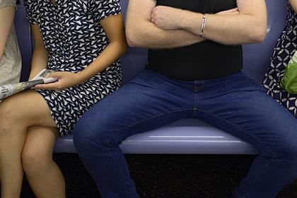 Привычке мужчин широко раздвигать ноги дали объяснение