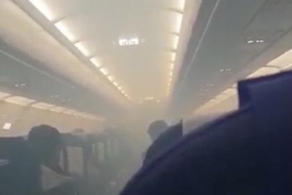 Дым в самолете вызвал панику и заставил пассажиров повыпрыгивать из лайнера