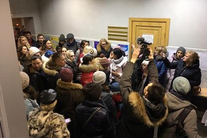 Челябинцы ворвались в мэрию с требованием вывезти детей из города