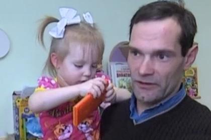 Россиянин устроился в детдом ради встреч с дочерью и попросил купить ему жилье