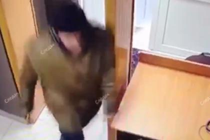 Нападение мужчины с ножом на пристава попало на видео