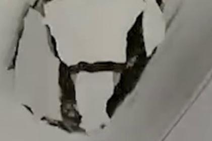 Обрушившийся на российских школьников потолок сняли на видео