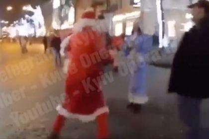 Украинские Деды Морозы не поделили ребенка и разобрались на кулаках