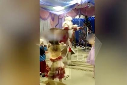 Смерть Деда Мороза на детском утреннике попала на видео