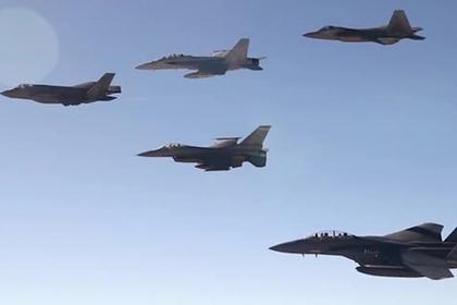 Американские F-15, F-16, F-18, F-22 и F-35 полетели строем