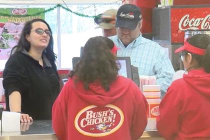 Незнакомцы одарили всех работников закусочной открытками с деньгами