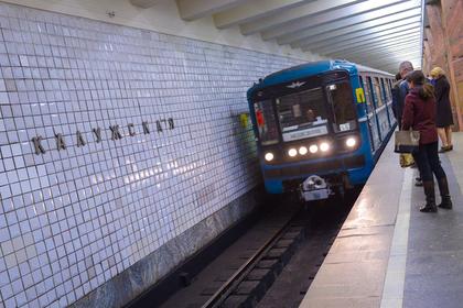 Мужчина и женщина спрыгнули с платформы в московском метро