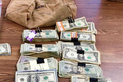 Вор с палкой вынес из банка мешок денег и прокололся с маскировкой