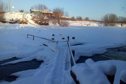 Отрезанным от мира жителям села на Урале посоветовали ходить через болото