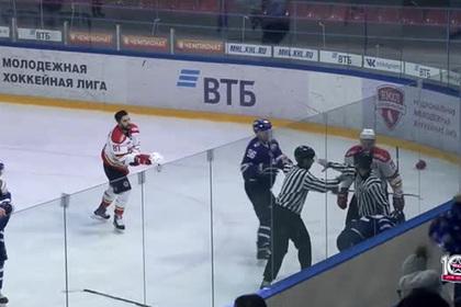 Российские и китайские хоккеисты устроили массовую драку вместе с вратарем