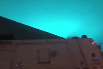Ночное небо над Нью-Йорком окрасилось в ярко-голубой