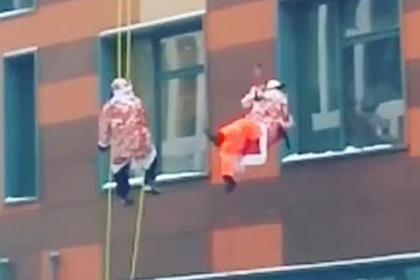Десятки Дедов Морозов спустились с крыши и попали на видео