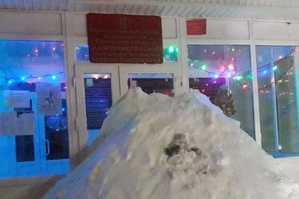 Недовольные россияне засыпали снегом городскую администрацию