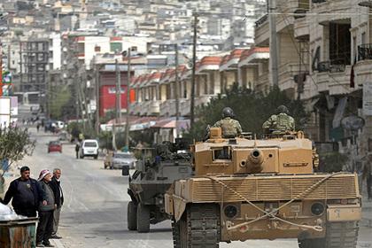 Турция стянула больше техники к сирийской границе