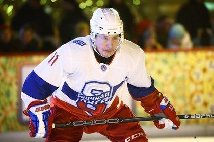 Путин и Шойгу сыграли в хоккей на Красной площади